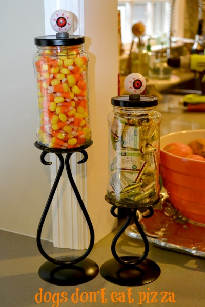 Turn pasta sauce or other glass jars into candy jars for any holiday - thediybungalow.com