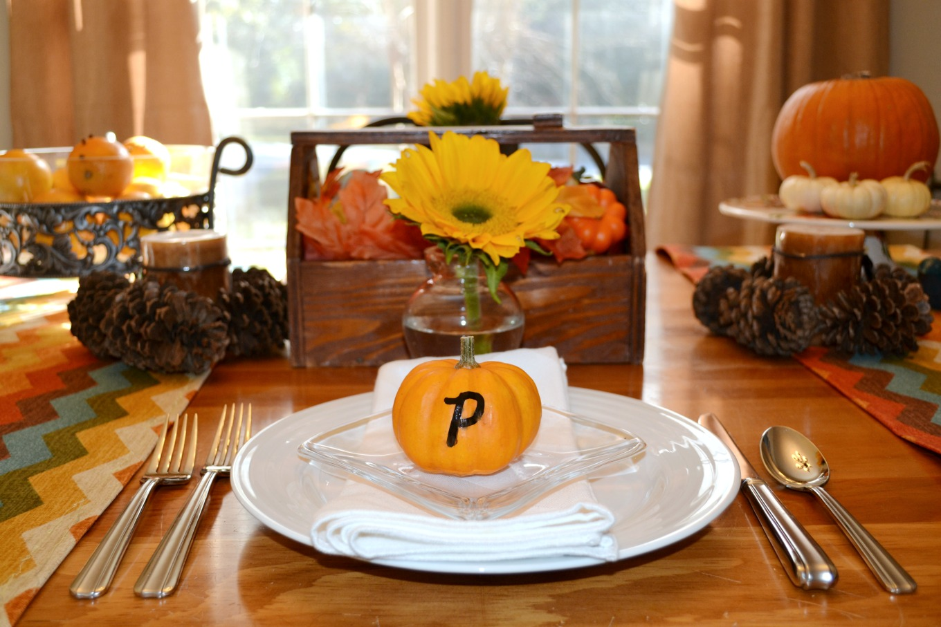 Turn pumpkins into place card holders to bring natural elements to Thanksgiving table - thediybungalow.com