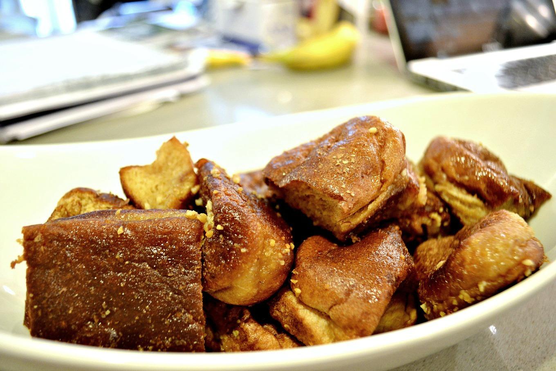 Turn leftover hot dog buns into garlic knots - thediybungalow.com