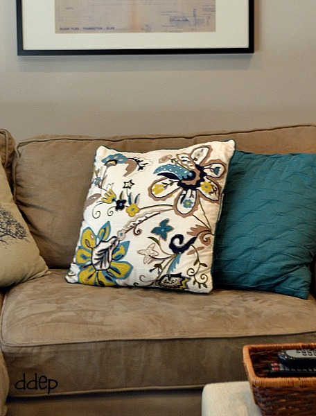 inspiration pillow for the colors of the family room - thediybungalow.com