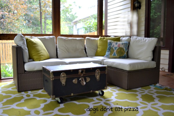 DIY coffee table from an old trunk - thediybungalow.com