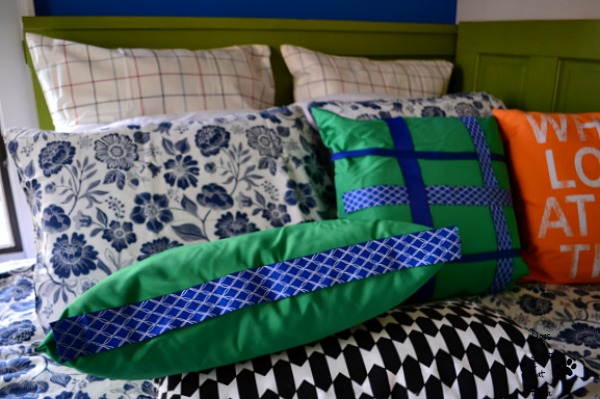 Jazzing up IKEA pillows for a fun guest room before and after - thediybungalow.com