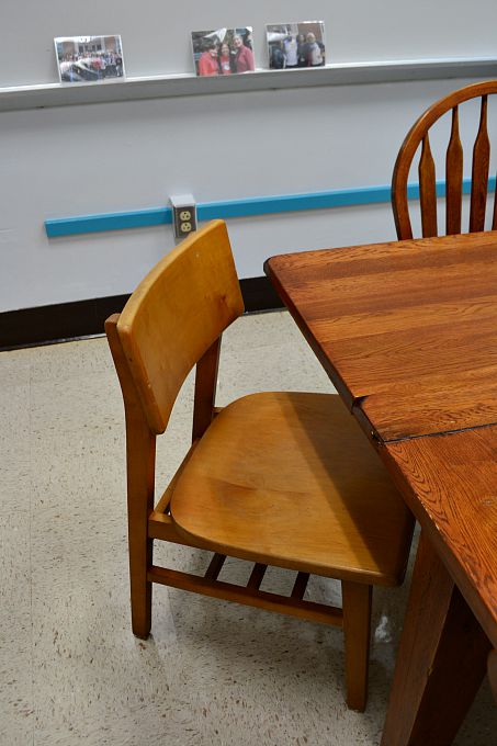 Mid-century modern chairs from an old library were perfect for the teachers' lounge renovation - thediybungalow.com