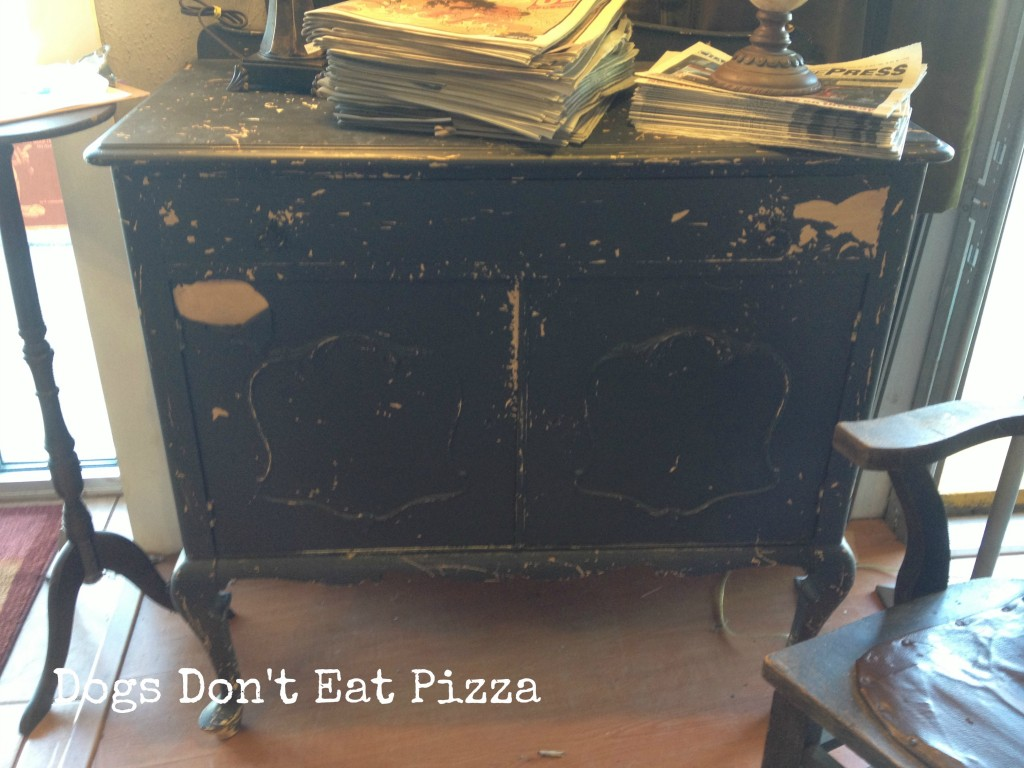 shabby painted chest - thediybungalow.com
