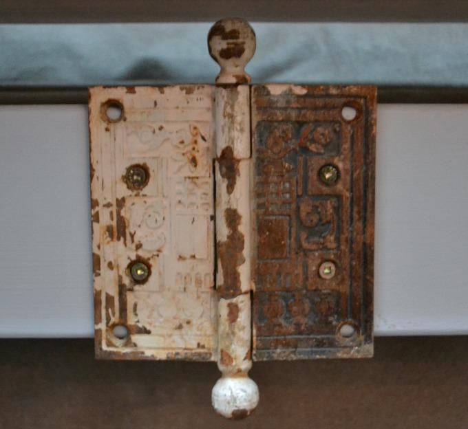 Vintage door hinge - thediybungalow.com