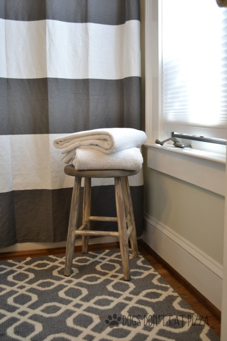 Farmhouse stool for towels in bathroom - thediybungalow.com