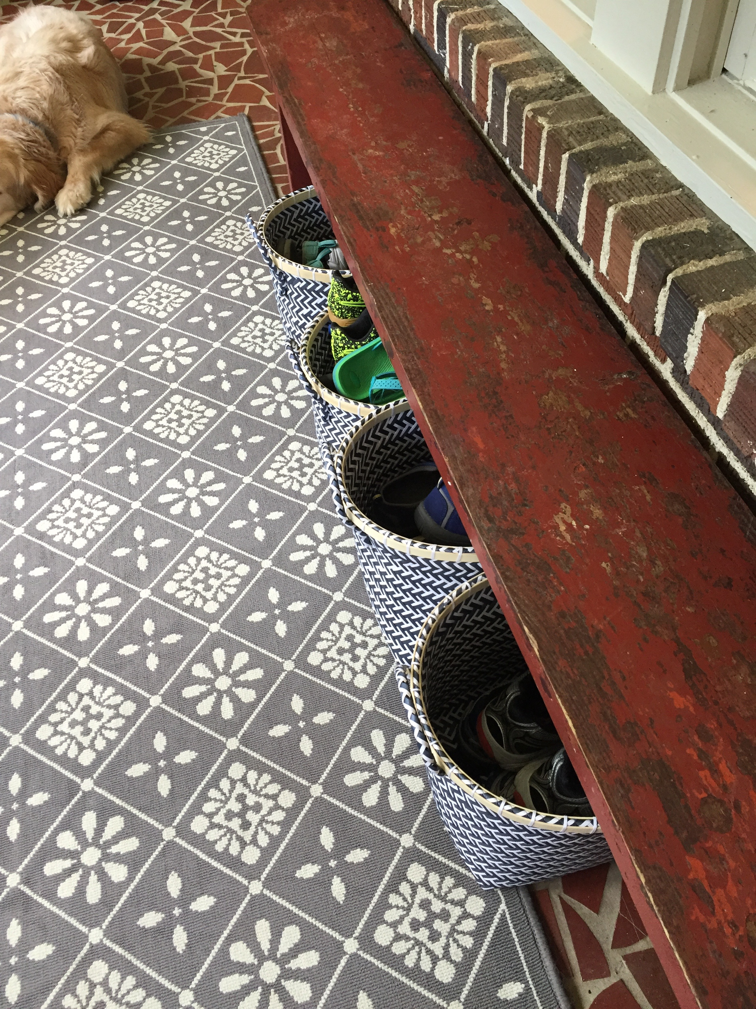Front porch organization - benches and baskets - thediybungalow.com