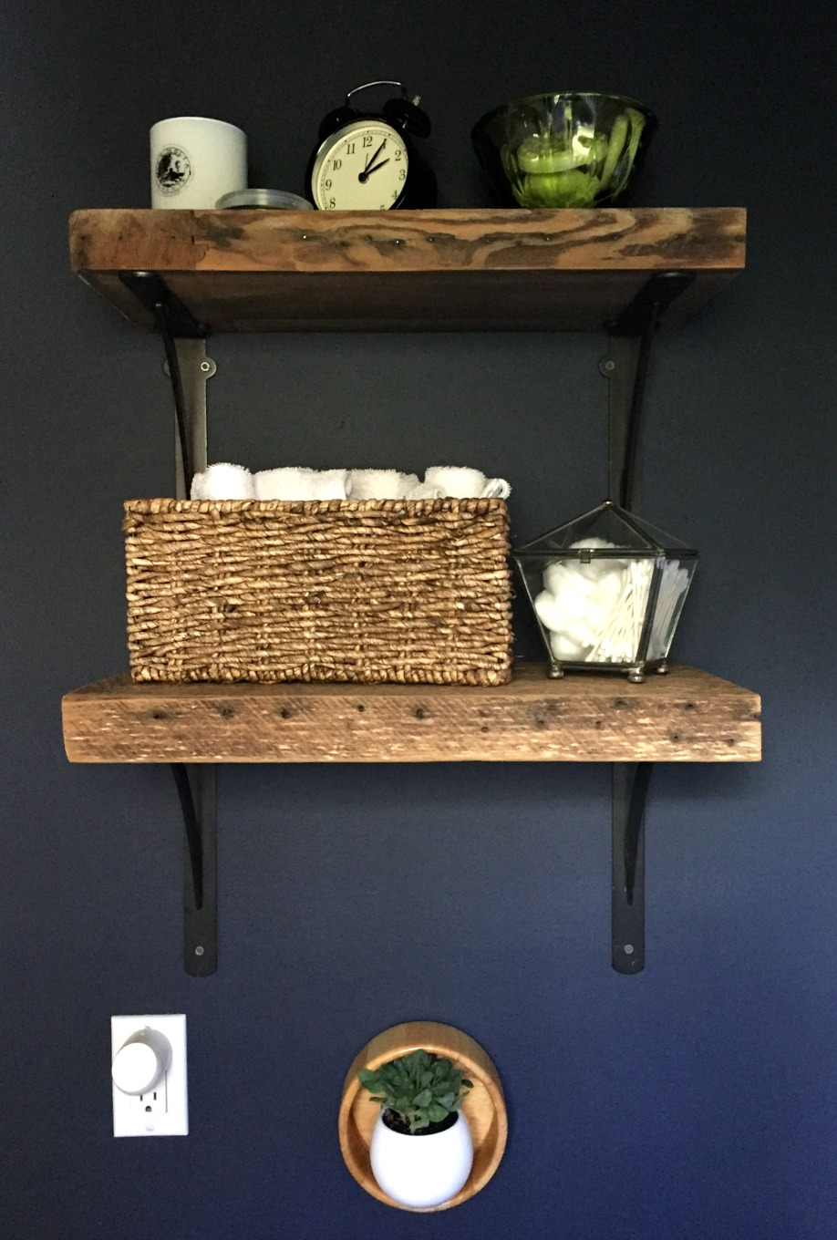 Finished reclaimed wood shelves - Guest bathroom makeover reveal - thediybungalow.com