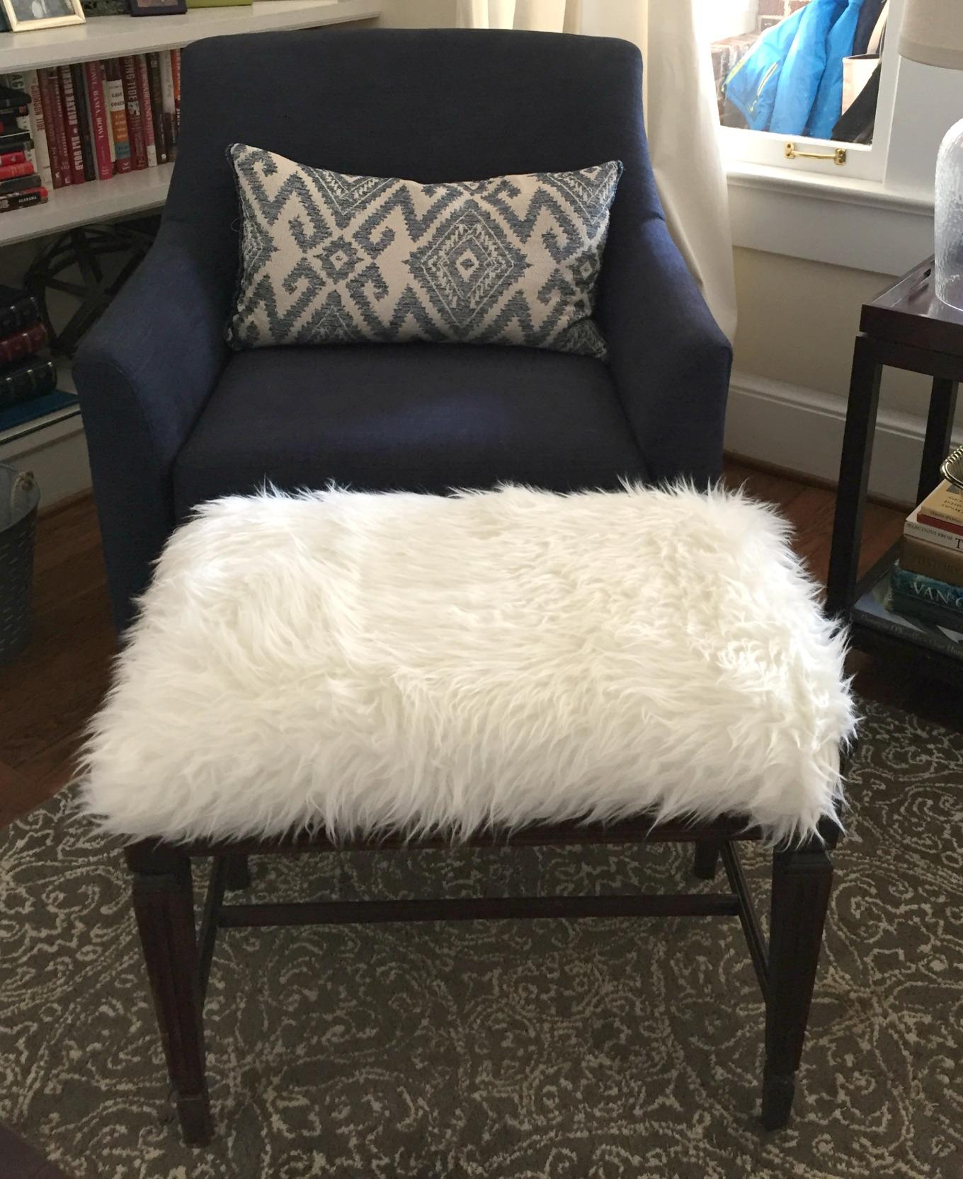 DIY faux fur foot stool - thediybungalow.com