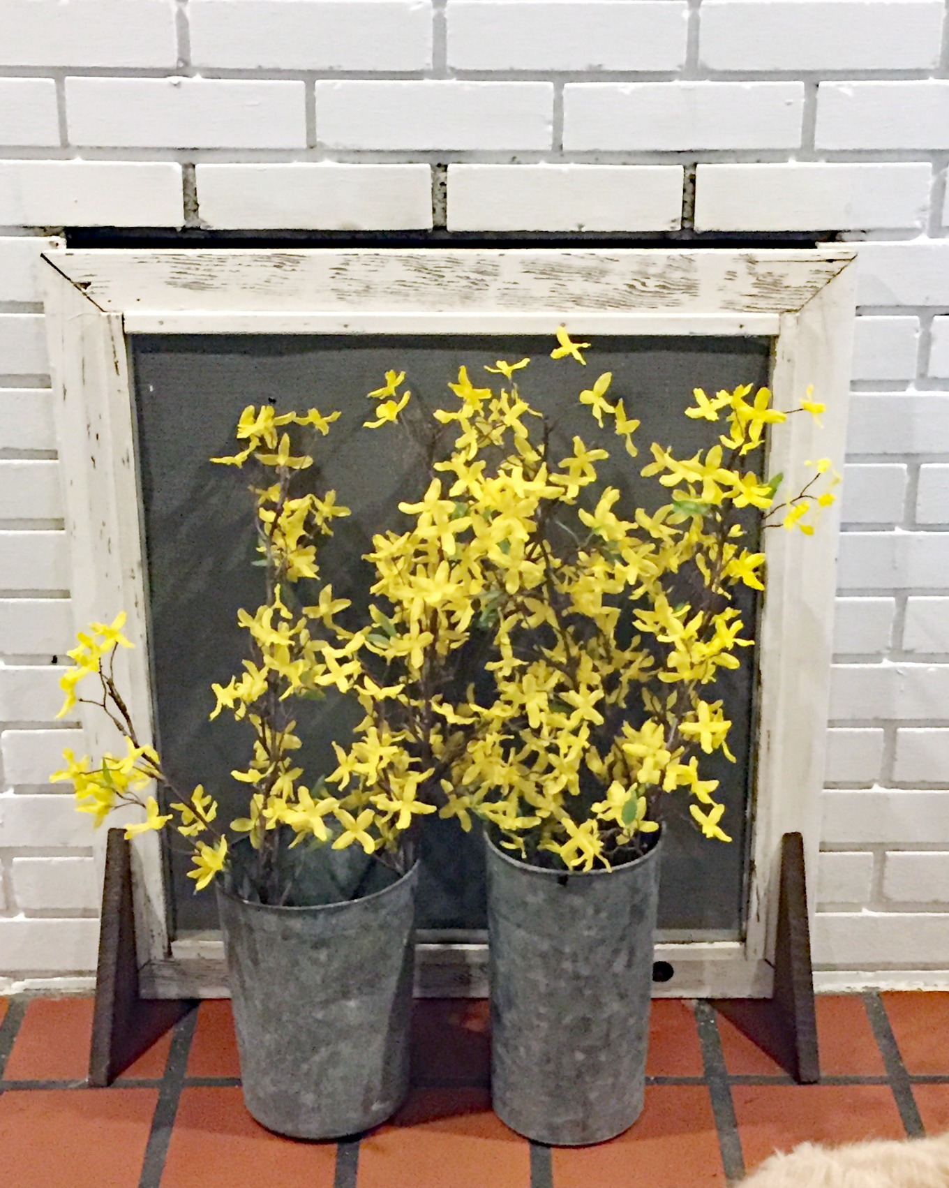 Faux flowers in front of the DIY fireplace screen - thediybungalow.com