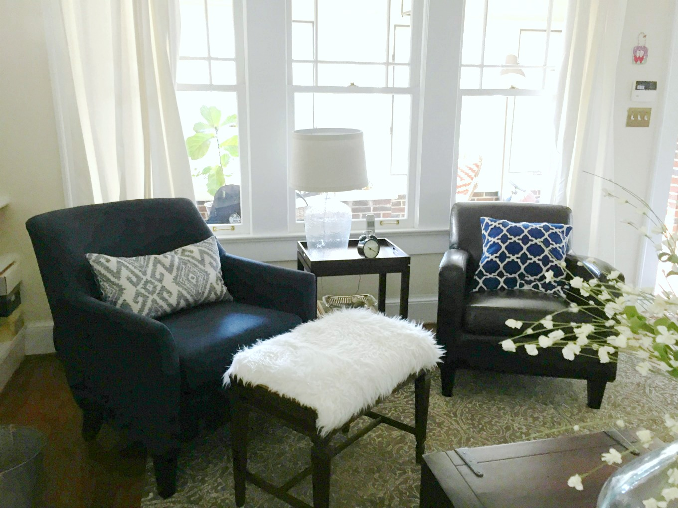 Lighter living room transformation for spring - thediybungalow.com