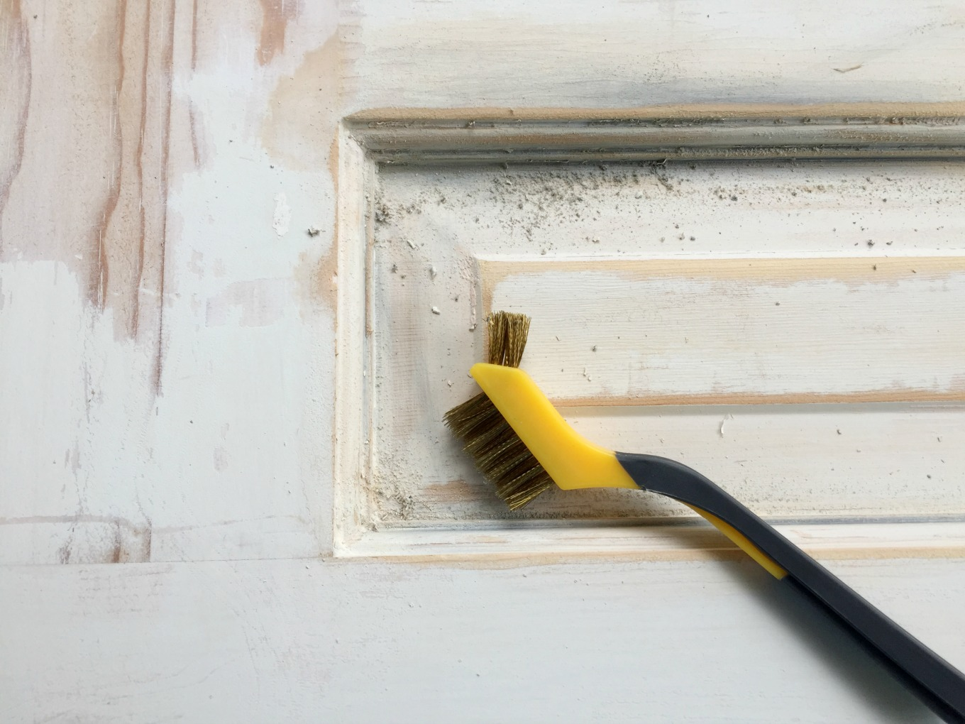 How to strip paint from wood doors - thediybungalow.com