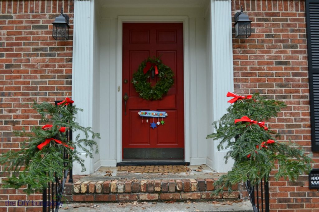 Front door looks festive with easy free holiday garland - thediybungalow.com