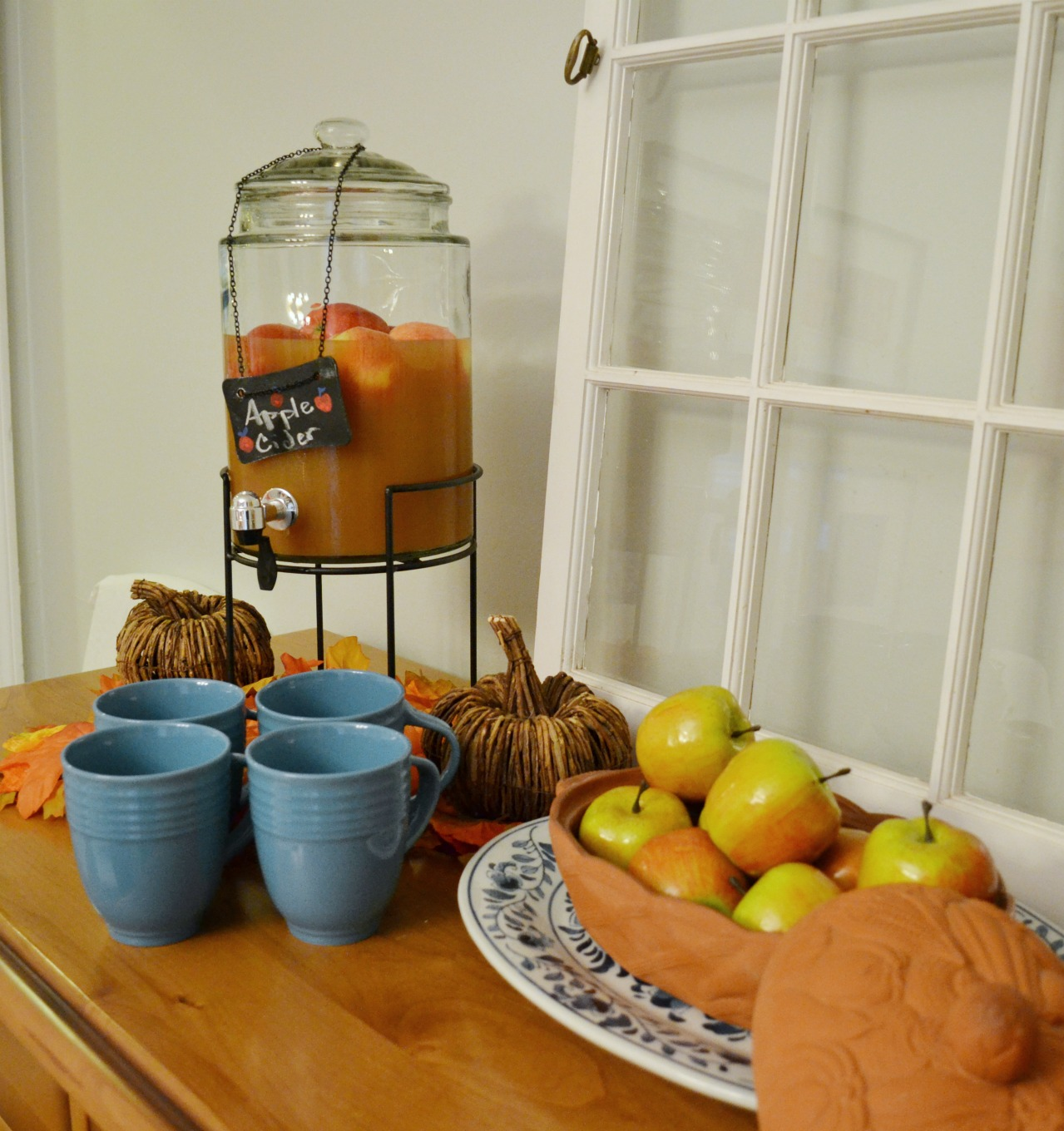 Using colorful fall apples to bring natural elements to your Thanksgiving table - thediybungalow.com